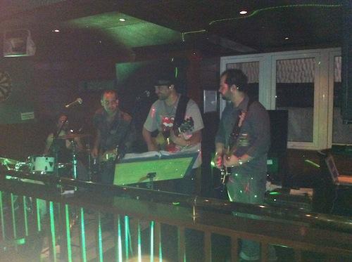 Quarteto Banho de Lua tocando no Black Swan
