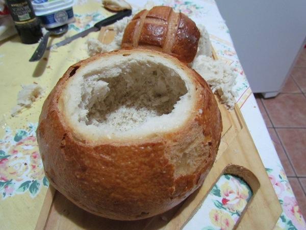 O mais trabalhoso é cortar o pão e retirar o miolo com os dedos, o resto é tranquilo
