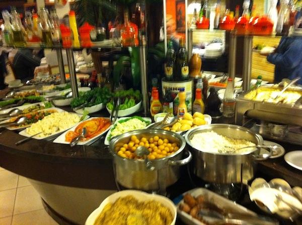 Buffet de saladas, sushis, sashimis, ostras e demais quitutes
