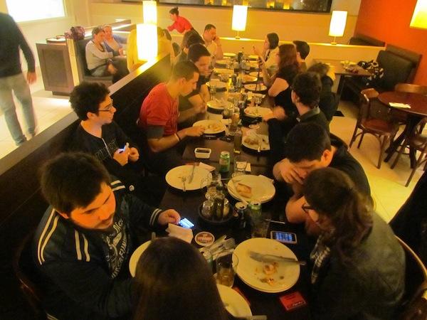 Twitters de Floripa comendo pizza for free #socialhut