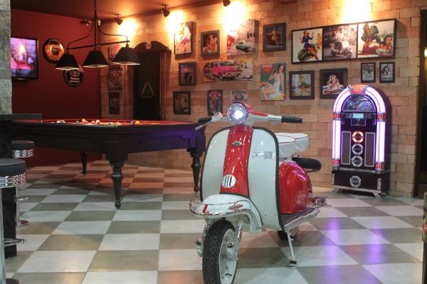 O ambiente - Lambretta, mesa de sinuca e decoração