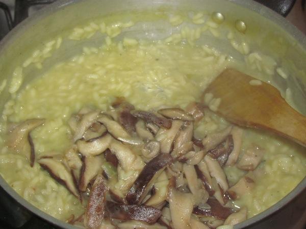 Acrescentando o shitake ao risoto