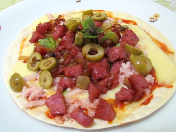Pizza de Linguiça Defumada feita na frigideira