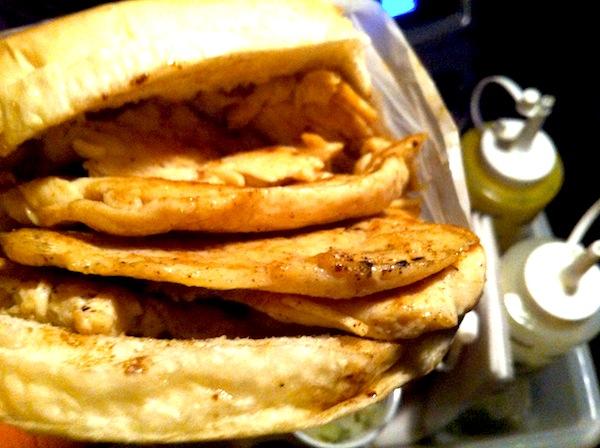 O recheio, seja frango ou hamburguer, é muito saboroso e bem servido.