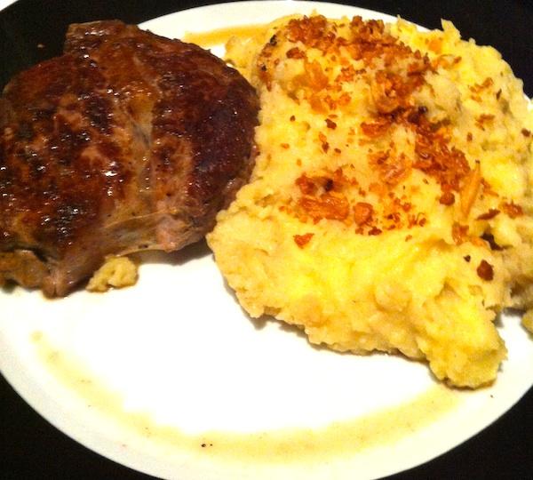 Rib Eye, bife ancho grelhado. Acompanhado por mashed potatoes.