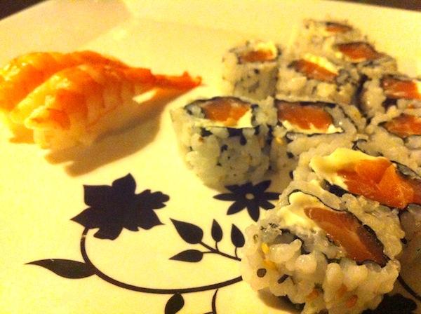 Uramaki sushi filadélfia e nigirizushi de camarão