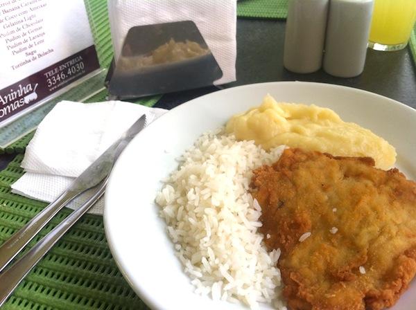 Filé de peixe à milanesa, arroz e purê de batatas