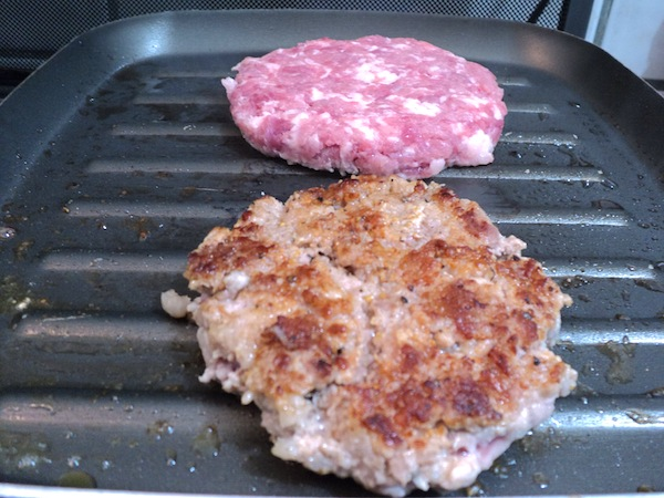 Grelhando os hamburgueres de costela suína