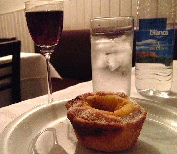 Pastel de nata e vinho do Porto de sobremesa