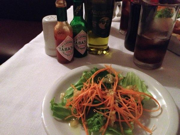 Salada de cenoura e alface com molho delicioso de alho
