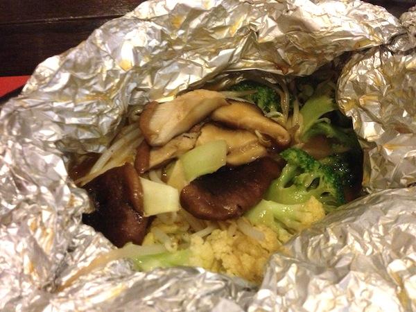 Shitake Mushi: cogumelos e legumes numa folha de alumínio