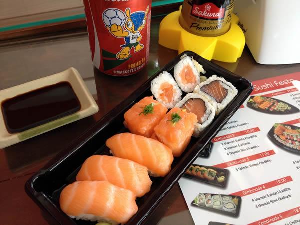 Sushis de salmão (nigirizushi, dyo, hossomaki e uramaki)
