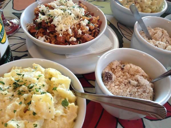 Maionese, arroz de carreteiro, farofa e chimichurri
