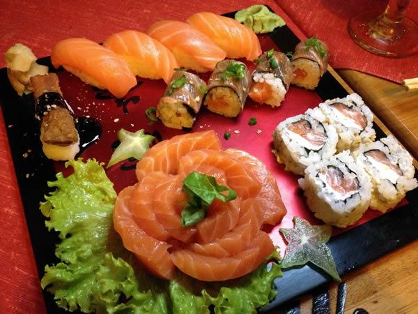 Combinado de sushis e sashimis, de salmão
