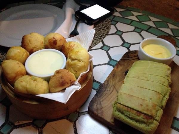 Couvert: pão de capim-santo (capim-limão), pãezinhos de mandioquinha, manteiga, requeijão e creme de espinafre