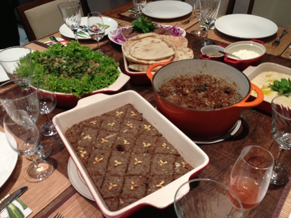 Mesa posta: tabule, Hommus bi tahine, Quibe cru e assado, pão sírio e Mjadra.