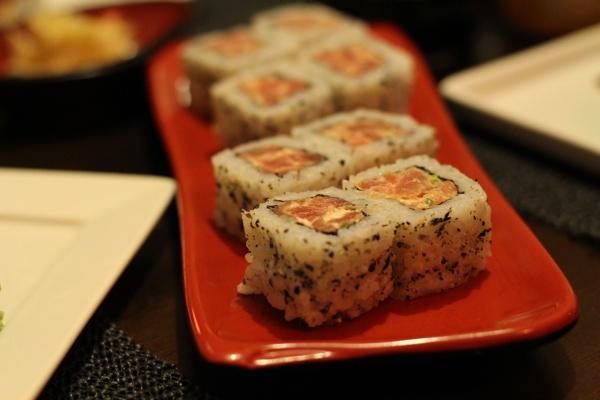 sushinami-uramaki-salmao-spice